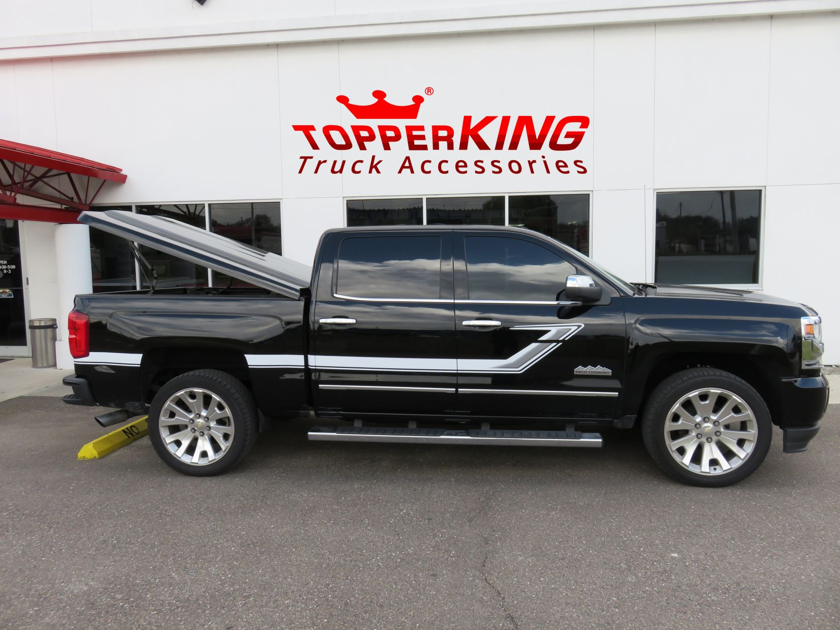 Chevy Truck Accessories >> Sporty Silverado With Leer 700 And Steps Topperking