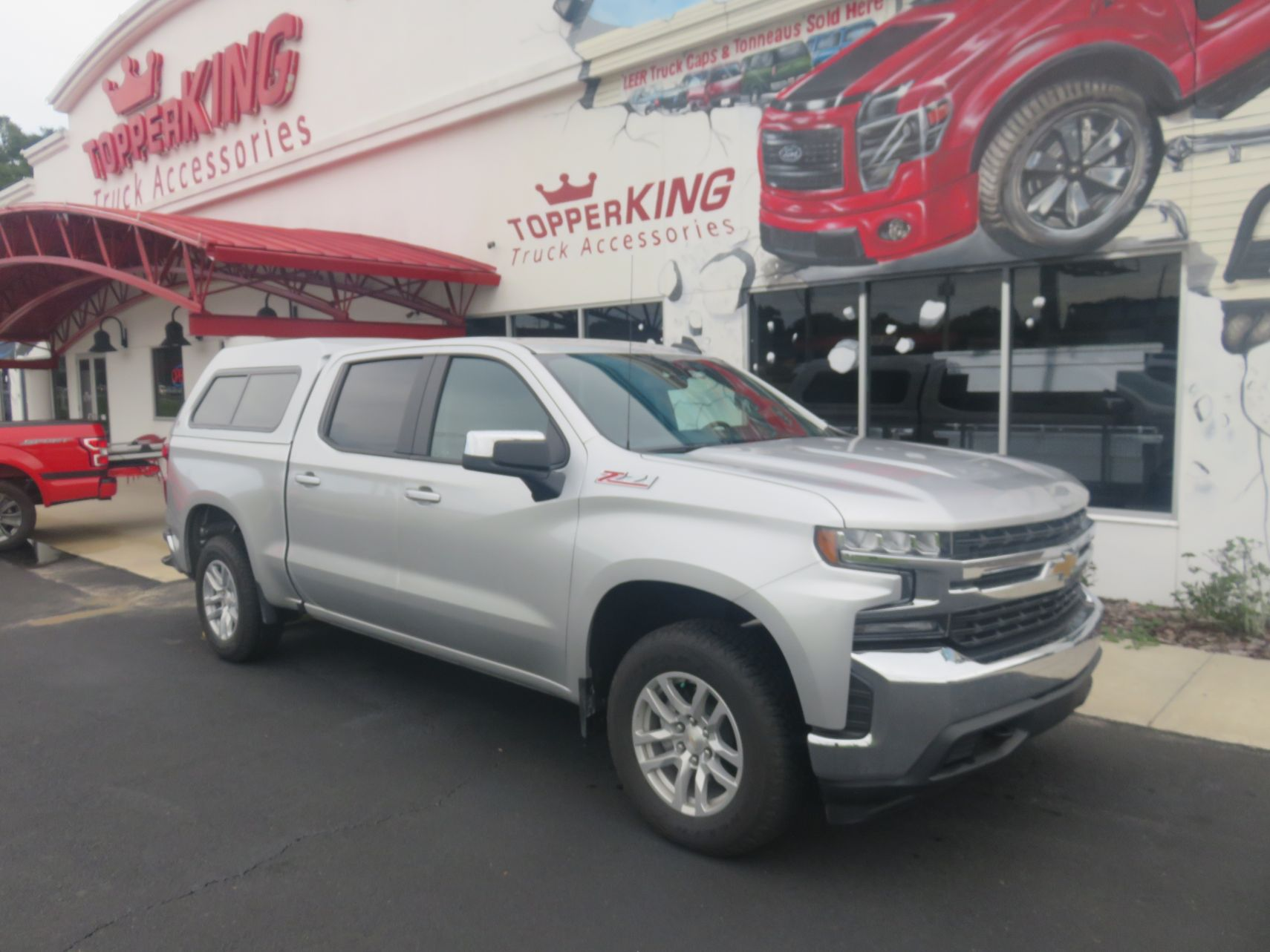 2019 Chevy Silverado with LEER 180 Fiberglass Topper, Hitch, and Tint by by TopperKING in Brandon FL 813-689-2449 or Clearwater FL 727-530-9066. Call today!